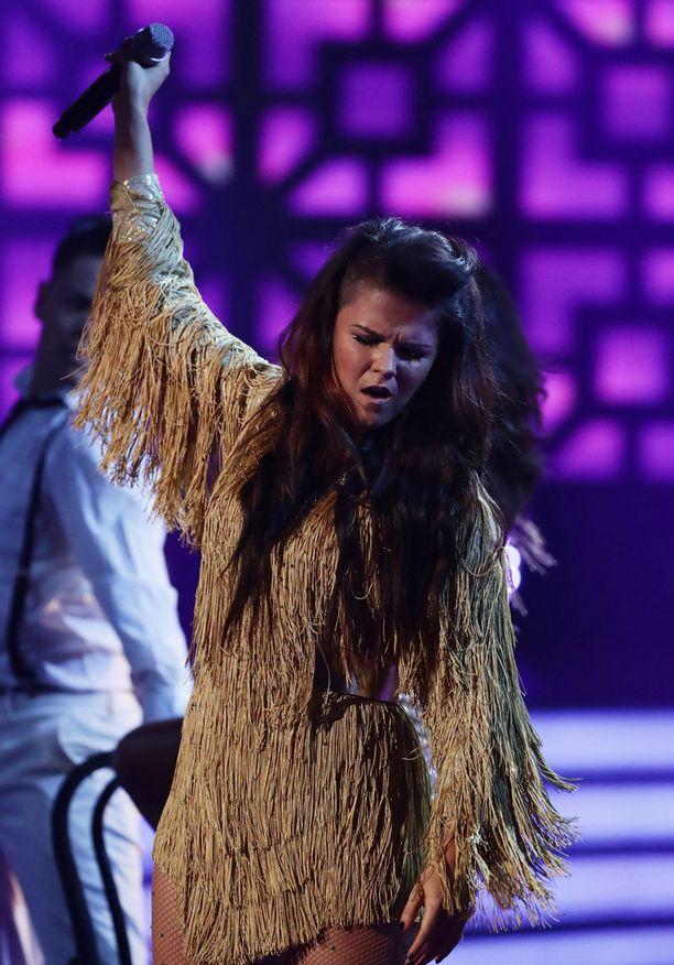 Saara Aalto lauloi lauantai-iltana Wembley Arenan lavalla Tina Turnerin tunnetuksi tekemän River Deep Mountain High -kappaleen.