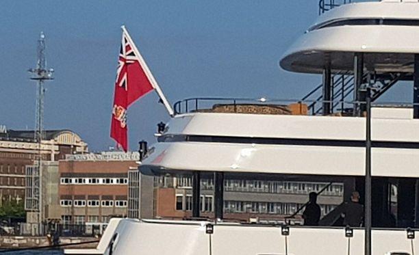 Ahteria koristaa Caymansaarten lippu. Saarivaltio sijaitsee Karibianmerellä. Kuvassa näkyvät myös takaosan leopardikuvioidut sohvat.