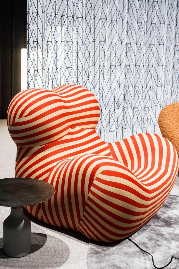 Tässä näyttävässä tuolissa voi nähdä naisen rinnat ja kehon. Feministinen tuoli on vuoden 1969 designklassikko.