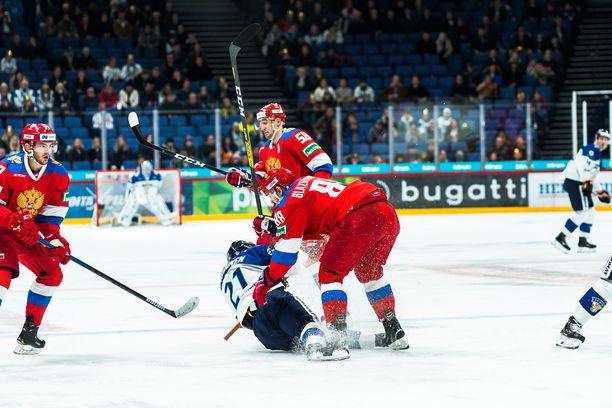 Juhani Tyrväinen sai maistaa Artjom Blazijevskin kyynärpäätä toisessa erässä. Suomi iski seuranneella ylivoimalla maalin.