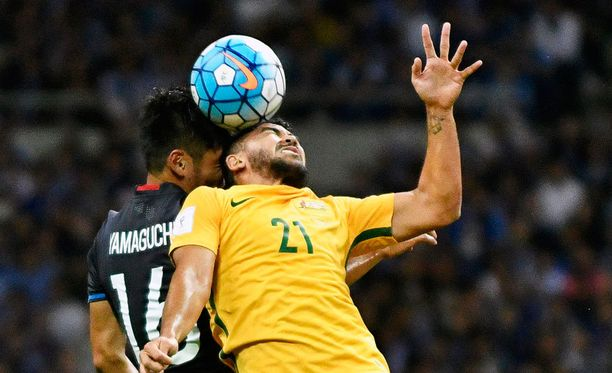 Hotaru Yamaguchi kamppaili pallosta Australian Massimo Luongoa vastaan.