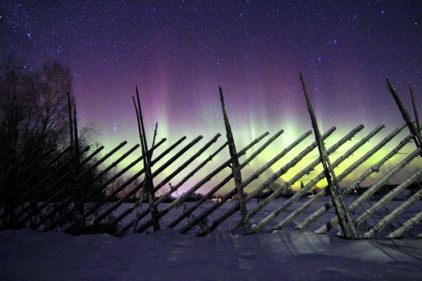 Geomagneettisen navan siirtyessä Suomea kohti, revontulet yleistyisivät.