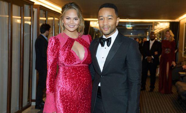 Chrissy Teigen ja John Legend odottavat toista lastaan.