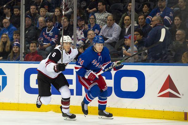 Arizona Coyotesin Jakob Chychrun seurasi Kaapo Kakkoa toissayönä pelatussa ottelussa.