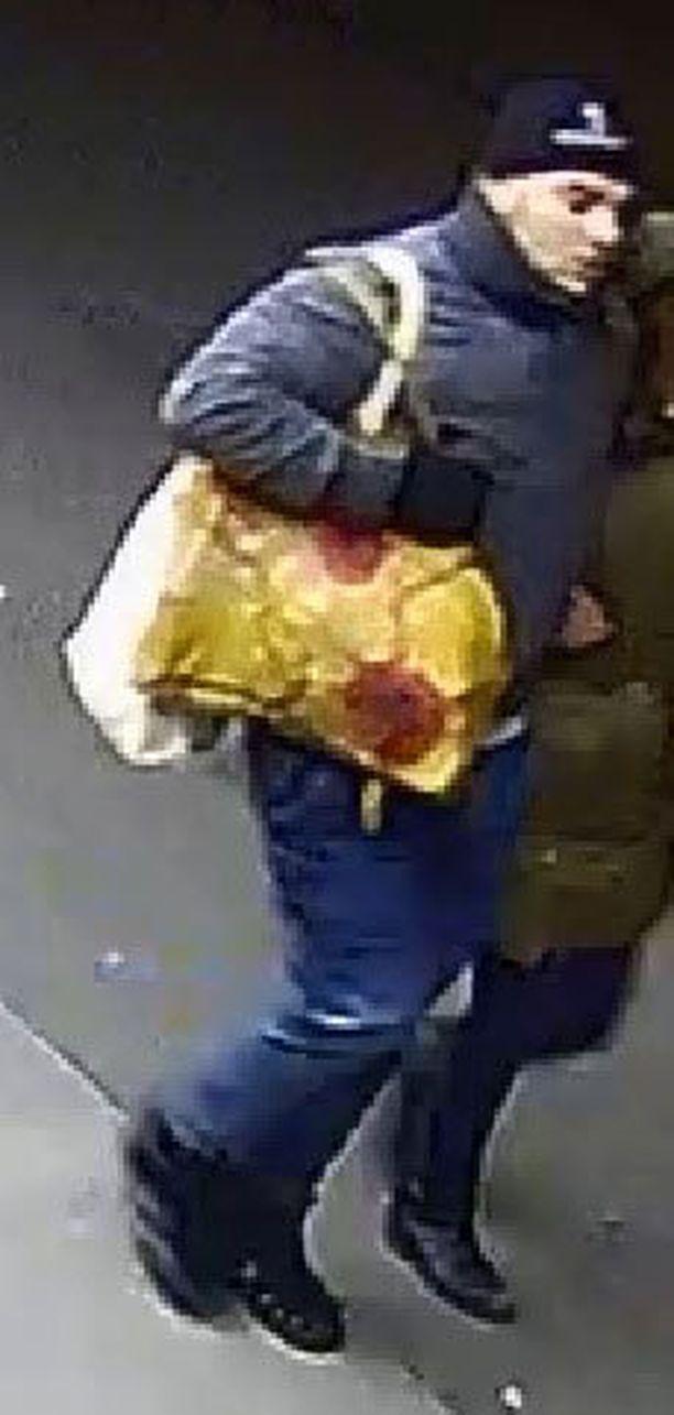 Poliisi pyytää kuvan miehen tunnistavia henkilöitä ottamaan yhteyttä poliisiin.
