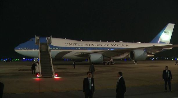 Air Force One saapui Vietnamiin.