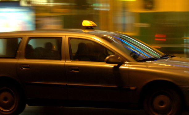 Törmääjätaksin kuljettaja kertoi, että hänellä on ollut vaikeuksia erottaa kaasu- ja jarrupoljin toisistaan. Kuva ei liity tapaukseen.