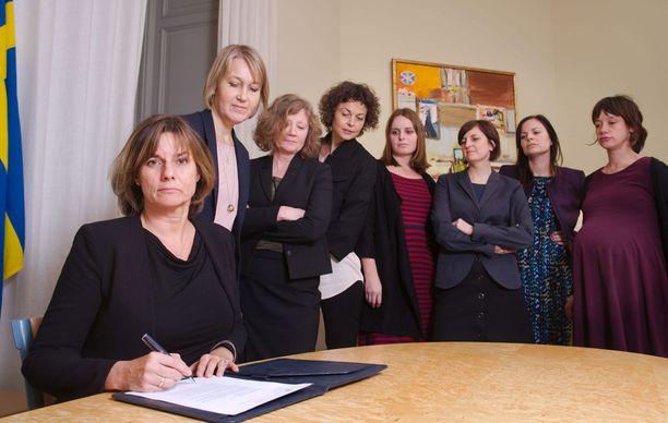 Ruotsin kehitys- ja ilmastoministeri, ja myös maan varapääministeri, Isabella Lövin on julkaissut kuvan, jossa hän allekirjoittaa Ruotsin uutta ilmastolakia seitsemän naisen katsellessa taustalla. Kuvan asetelma on lähes suora kopio kaksi viikkoa sitten julkaistuista kuvista, joissa Yhdysvaltojen uusi presidentti Donald Trump allekirjoittaa ensimmäisiä presidentin määräyksiään.