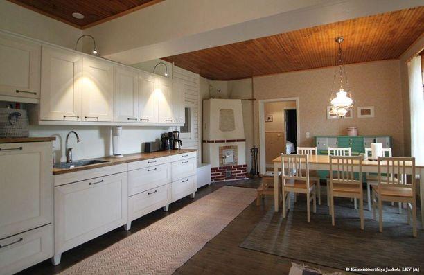 Yksinkertainen sisustus sopii hyvin talon ilmeeseen.