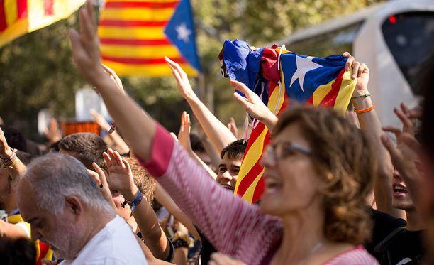 Espanjassa Barcelonassa tuhansia ihmisiä on kokoontunut Katalonian itsenäisyysäänestystä koskevaan kampanjatilaisuuteen, kertoo BBC.