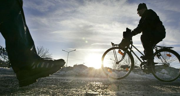 Yhä useampi suomalainen pyöräilee työmatkansa ympäri vuoden.