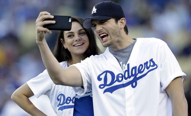 Kunis ja Kutcher vierailivat pesäpallo-ottelussa Los Angelesissa lokakuussa.