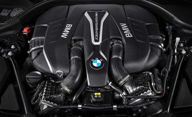 Konepellin alta löytyy 4.4-litrainen V8-moottori.