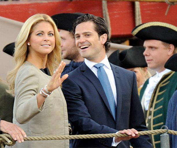 Prinsessa Madeleine ja prinssi Carl Philip hassuttelivat kesäkuussa 2010.