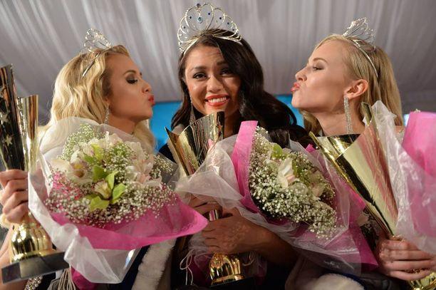 Miss Suomi Shirly Karvinen perintöprinsessat Emilia Seppänen (vas.) ja Heta Sallinen (oik.) vierellään.
