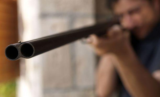 Humalainen mies ampui ovenraosta kaksi laukausta, joista toinen meni läheltä hänen vaimoaan. Kuvituskuva.