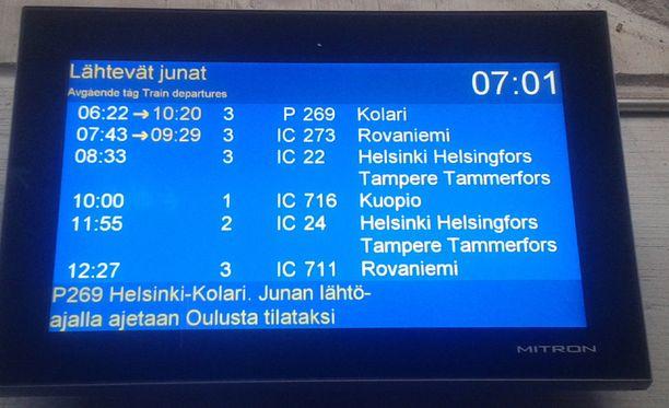 VR:n aikataulunäyttö Oulun juna-asemalla torstaiaamuna.