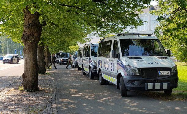 Poliisiautojen näkemiseltä on vaikea välttyä Helsingin keskustassa maanantain aikana. Kuva Töölön kisahallilta.