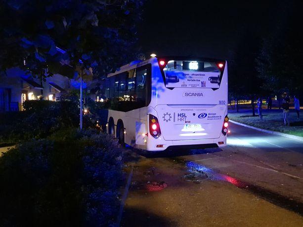 Linja-auto ajautui ulos tieltä Vantaan puolella.