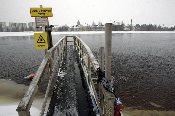 OULUJOKI Eikun uimaan. Tänä samaisena vuodenaikana tämän saman joen päältä löytyy myös hiihtolatua.