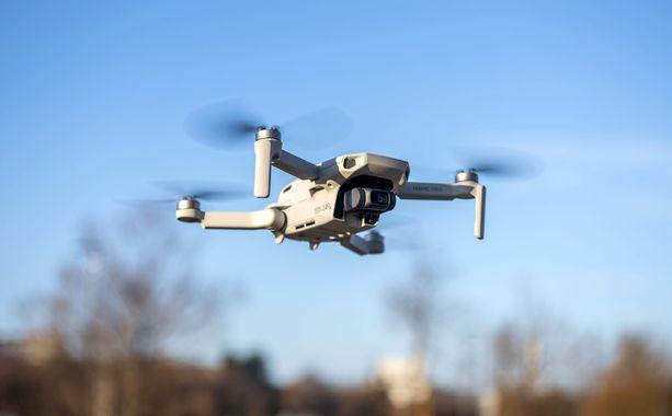 Kaikki kameralliset dronet kuuluvat jatkossa pakollisen rekisteröinnin piiriin. Vain leluksi luokitellut laitteet ovat uuden asetuksen ulkopuolella.