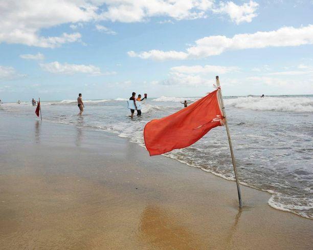 Hotellit ilmoittavat rannoillaan lipuilla, milloin veteen ei ole turvallista mennä.