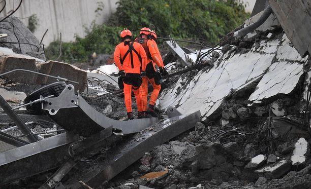 Pelastushenkilökuntaa sillan romahduspaikalla.