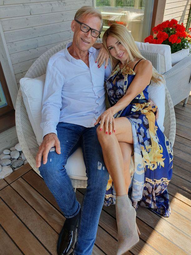 Topi ja Nadja Sukari avioituivat viikonloppuna Turun tuomiokirkossa. Häille tuli muhkea loppulasku,  65000 euroa.