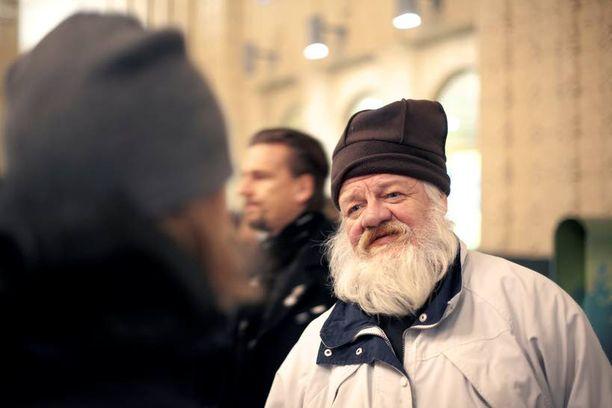 Sosiaaliohjaajat aloittavat työpäivänsä rautatieasemalta ja pysähtyvät tervehtimään tuttua miestä, Eskoa. Toisin kuin moni muu, Esko ei ole herännyt asemalta, sillä hän asuu Vailla vakinaista asuntoa -yhdistyksen asumisyksikössä.