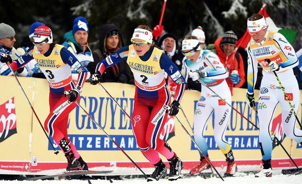Heidi Weng (vasemmalla) oli 10 kilometrin takaa-ajossa varsin hyvässä vauhdissa ennen mokaansa.