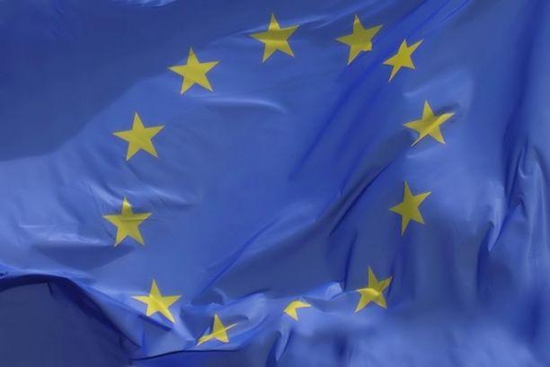 Euroopan talous- ja rahaliittoon kuuluvat euromaat eli euroryhmä käsittelee 500 miljardin euron koronapakettia torstaina laajennetussa kokoonpanossa, johon kuuluvat kaikki EU-maat. Kuvassa EU:n lippu.