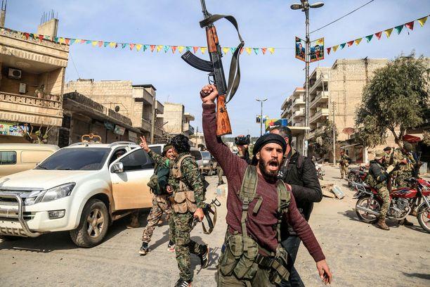 Turkin tukemat syyrialaiskapinalliset juhlivat Afrinin kaupungin haltuunottoa.
