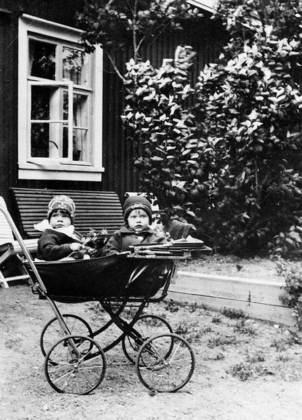 – Famun pihalla Kellokoskella vuoden vanhana yhdessä serkkuni Piiun kanssa. Hän istuu vaunuissa vasemmalla ja minä oikealla.