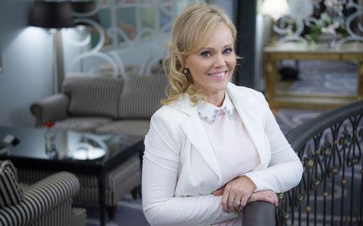 Sirpa Selänne herkistyi kyyneliin Janne Tulkin yllätysesityksestä kirjansa julkistamistilaisuudessa - katso video