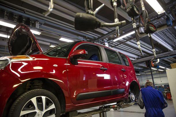 Yli 60 prosenttia uuden ostajista huollattaa autonsa muualla kuin omassa ostoliikkeessä.