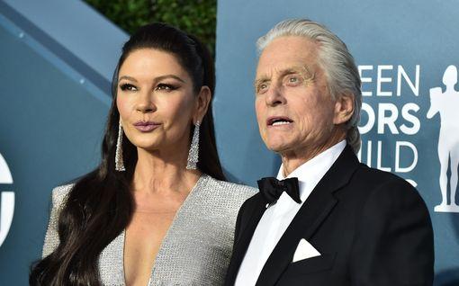 Catherine Zeta-Jonesin, 51, ja Michael Douglasin, 76, uskomaton rakkaustarina alkoi naimisissa olleen Douglasin rohkeasta kommentista