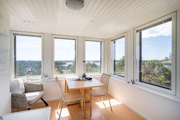 Myynti-ilmoituksessa kerrotaan, että kirkkaalla säällä tornista voi nähdä Viron rannikolle saakka.