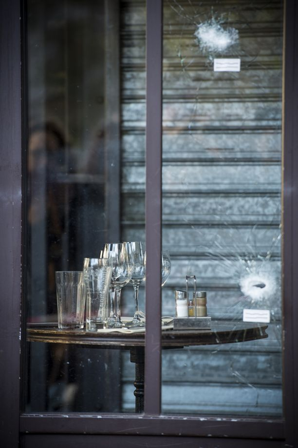 Viinilasit jäivät paikoilleen, kun terroristit ampuivat ihmisiä ravintolan terassilla.
