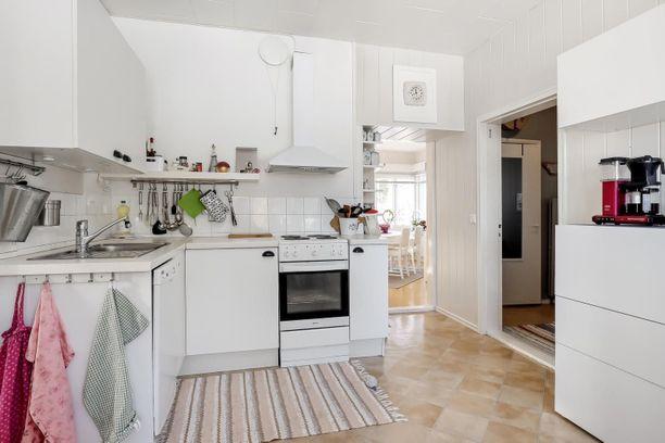 Sama tyyli jatkuu myös keittiössä, joka on hyvin perinteinen.