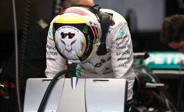 Lewis Hamilton kunnioitti Aki Hintsan muistoa kypärään lisätyllä muistotekstillä.
