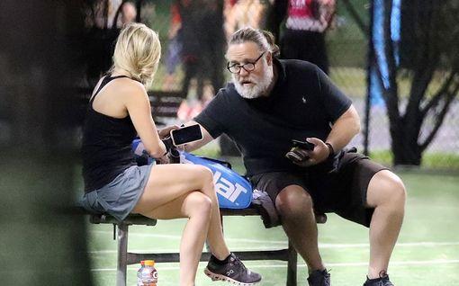 Lähes tunnistamattomaksi muuttunut Russell Crowe, 56, löysi uuden kullan - Britney on miestä 26 vuotta nuorempi