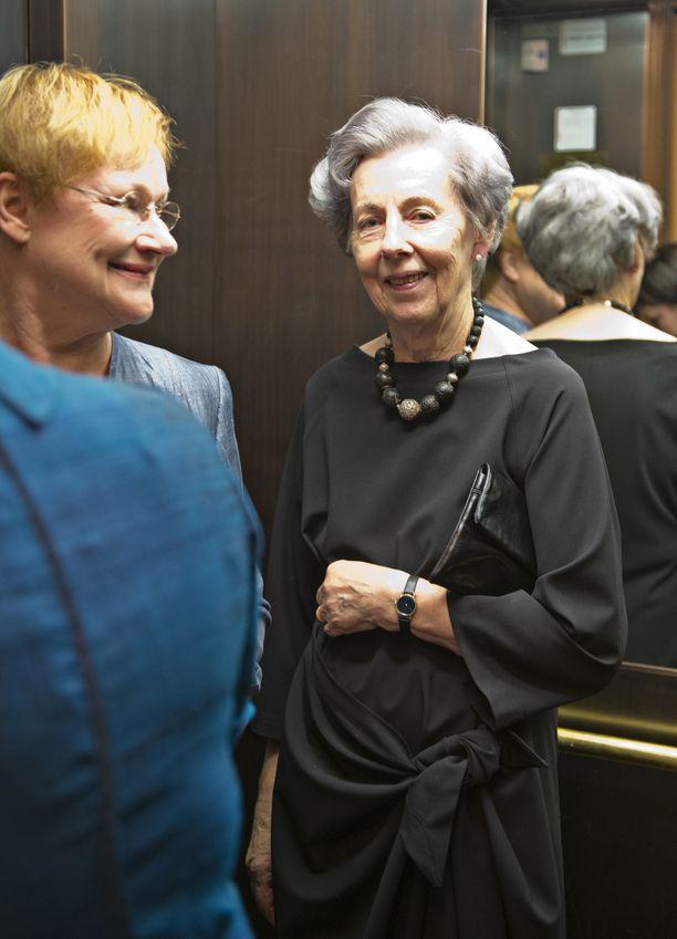 Ystävykset Tarja Halonen ja Tellervo Koivisto kuvattuina Kansallisteatterin 140-vuotisjuhlanäytöksessä vuonna 2012.
