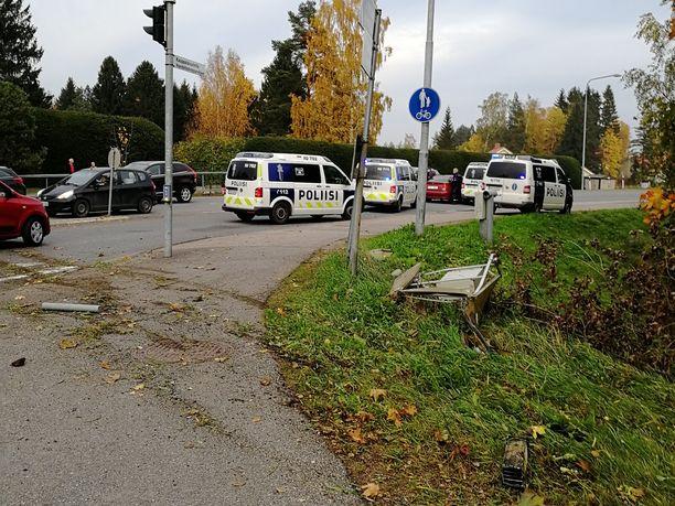 Silminnäkijän mukaan poliisiauto ajoi pakoauton ohi sivusta ja esti sen matkanteon.