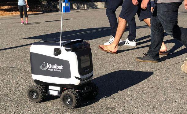 Robotit osaavat kulkea itsenäisesti ja ylittää myös katuja.