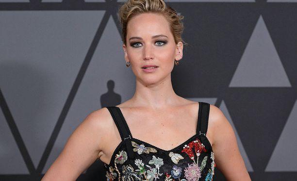 Näyttelijä Jennifer Lawrence on parisuhteessa ohjaaja Darren Aronofskyn kanssa. Lawrence tunnetaan esimerkiksi Nälkäpeli -elokuvasarjasta.