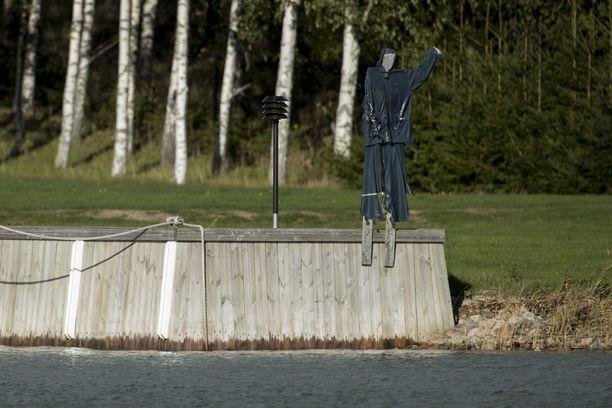 Airiston Helmen laiturissa on ihmisen muotoinen pelätti.