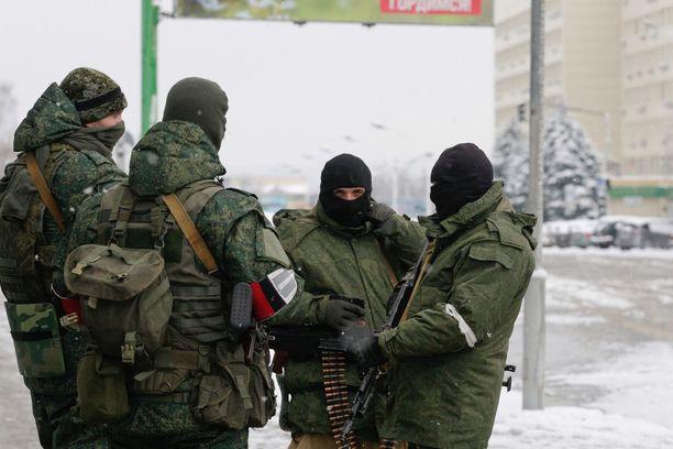 Aseistetut, tunnuksettomat miehet partioivat Luhanskin kaupungin keskustassa tällä viikolla. Kuva on otettu keskiviikkona.