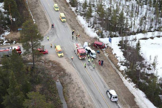 Onnettomuuspaikka Ylläksentien eli valkoisen minibussin tulosuunnasta. Minibussi kääntyi vasemmalle, ja vasemmalta etelän suunnasta tullut punainen auto törmäsi siihen.