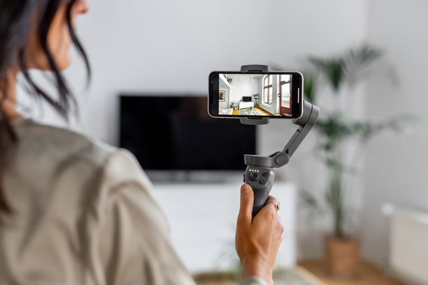 Välittäjä esittelee kohteen etänä laadukkaan älypuhelimen kameran avulla. Kuvasta saadaan katsojalle miellyttävän tasainen gimbal-kuvanvakaajalla.
