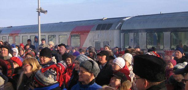 Kemijärven asemalle saapui tuhatmäärin väkeä juhlimaan yöjuna paluuta.